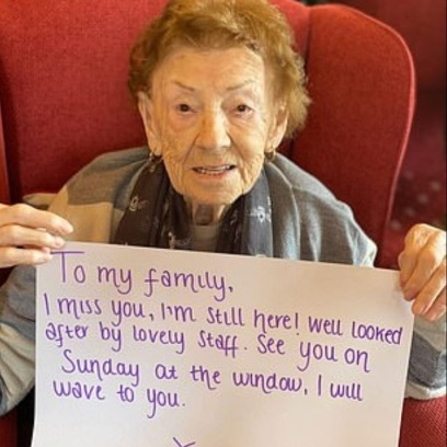 Photo of Elderly residents send messages to their loved ones via social media